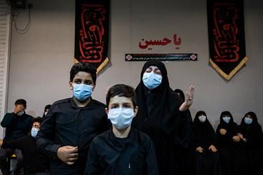 همسر و فرزندان شهید در مراسم وداع با پیکر شهید امر به معروف «محمد محمدی»