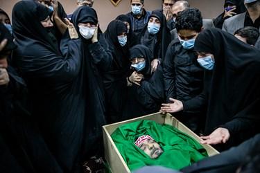 وداع خانواده شهید  امر به معروف «محمد محمدی» با پیکر شهید