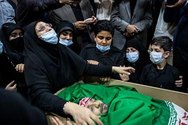 وداع خانواده و فرزاندان  شهید  امر به معروف «محمد محمدی» با پیکر شهید