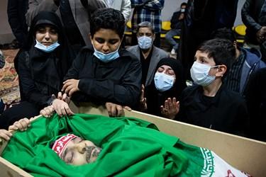 فرزندان شهید در مراسم وداع با پیکر شهید امر به معروف «محمد محمدی»