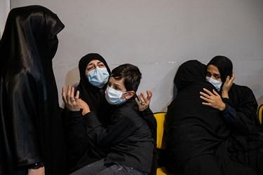 همسر و فرزند شهید در مراسم وداع با پیکر شهید امر به معروف «محمد محمدی»