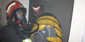 کارگاه صنعتی جهرم در آتش سوخت/ یک آتشنشان دچار دودزدگی شد