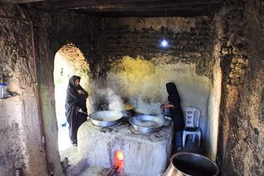 آب انگور صاف شده را در تشت ریخته و روی آتش می گذارند تا بجوشد و کف ایجاد شده را نیز از آن جدا می کنند.