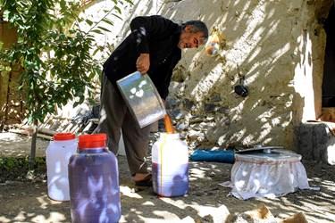 شیره های درست شده انگور برای فروش و بسته بندی به صورت دبه ای به مراکز فروش فرستاده میشود.
