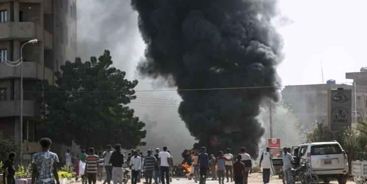 جوانان سودانی خشمگین از سازش، پرچم رژیم صهیونیستی را آتش زدند+فیلم و عکس
