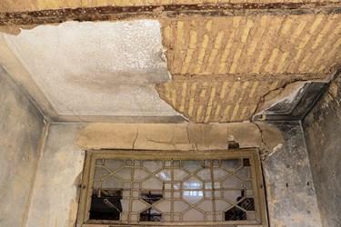 بخشی از سقفهای هتل تاریخی «قو» به دلیل آسیبهایی که از گذشته به آن وارد شده بود، در بارندگیهای سال های اخیر ریزش کرده است.