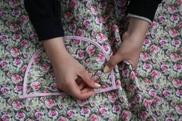 تلاش بانوان خیاط در حسینیه شهدای مدافع حرم سمنان معروف به حسینیه همدلی