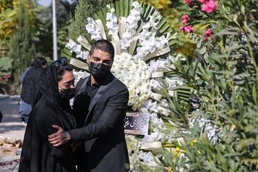سوگواری خانواده مرحوم محمود فلاح در بهشت زهرا (س)  قبل از شروع مراسم تشییع
