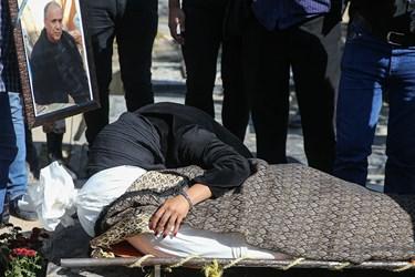 وداع دختر مرحوم محمود فلاح با پیکر پدرش در بهشت زهرا (س)