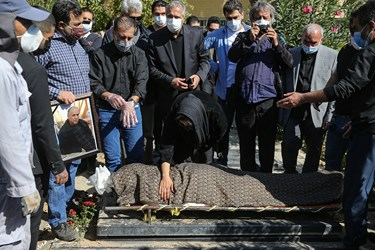 مراسم تدفین مرحوم محمود فلاح تهیه کننده باسابقه تلویزیون و مدیرکل اسبق تولید صداوسیما با حضور جمع محدودی از خانواده و همکاران وی در قطعه هنرمندان بهشت زهرا (س)