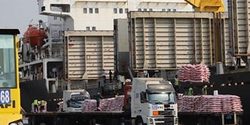 پهلوگیری کشتی با 31 هزار تن برنج در بندر شهید رجایی