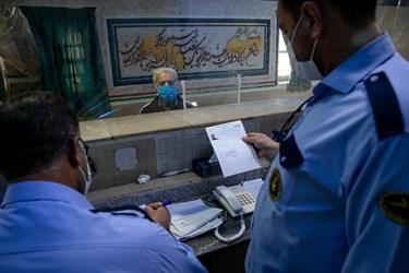 تایید برگه ترخیص و آزادی جعفرآقا توسط زندانبان