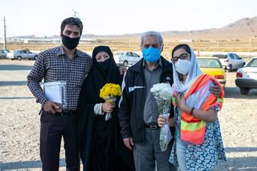 عکس یادگاری جعفرآقا به همراه خانواده در محوطه خارج از زندان