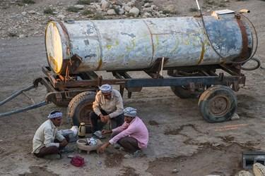 با توجه به اینکه تعدادی از روستاهای بخش غیزانیه آب پایدار ندارند ، ساکنین روستا بایستی حوضچه های آب بنا کنند تا بتوانند آب را برای مدتی ذخیره کنند