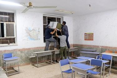 جهاد گران برای رفاه حال دانش آموزان کولر های مدرسه را تعمیر می کنند.