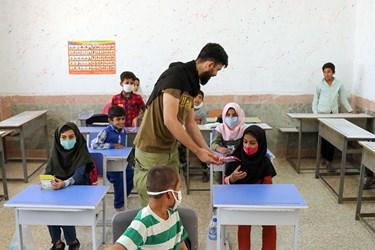 جهادگران برای دانش آموزان مسابقه فرهنگی برگزار کردند و به آنها هدیه می دهند