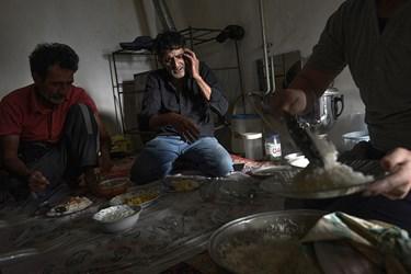 حاج اسماعیل حتی درزمان صرف ناهار هم بفکر پیگیری کار های محول شده به صیادان است