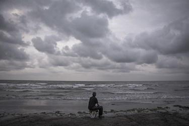 صیادان در زمان هایی که دریا طوفانی یا مواج  است به صید نمیروند  چون  در زمان مواج بودن دریا  ماهی ها به مناطق عمیق تر میروند  حاج اسماعیل هم گاهی اوقات در زمان بیکاری با خود و خدای خود خلوت میکند