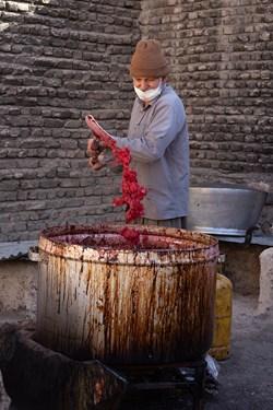 دومین مرحله برای تولید رب انار، عبور دانههای جوشیده شده از صافی و مجددا جوشاندن آن است