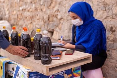 فروش خرد محصولات در روستا به گردشگران یکی از منابع درآمدی روستاییان است