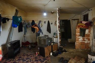 حاج اسماعیل تنهایی را دوست دارد او در کلبه ای درویشی و دور از امکانات مدرن، خود را برای رفتن به دریا آماده می کند