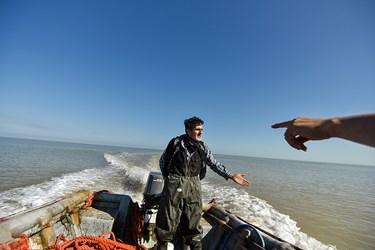 رسمان وظیه دارد پس از انداخت تور به دریا با قایقی دوباره به آن محل رفته تا از درست انجام شدن کار مطمعن شود