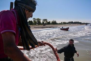 رسمان پس از شروع فصل صید خود به همراه قایق بزرگی به دریا می رود تا اولین بار خود تور هارا به دریا بریزد