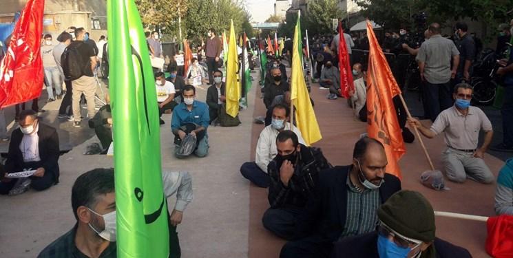 تجمع در پی توهین به پیامبر اسلام(ص)/ عکس مکرون و پرچم فرانسه در آتش خشم مردم و دانشجویان سوخت
