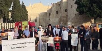تجمع ضد فرانسوی فلسطینیان مسیحی و مسلمان در برابر کلیسای «المهد» کرانه باختری