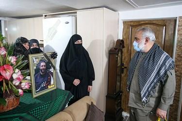 سردار محمدرضا نقدی معاون هماهنگ کننده سپاه در پایان دیدار با خانواده شهید امر به معروف محمد محمدی