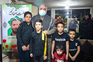 عکس یادگاری فرزندان شهید امر به معروف محمد محمدی و دیگر بچه های خانواده  با سردار نقدی
