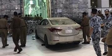 فیلم| برخورد خودرو به یکی از درهای مسجدالحرام