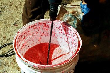 برای تهیه آب انار بعد از دانه کردن با دستگاهی شبیه دریل که دو تیغه دارد، دانهها را له میکنند