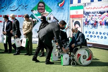 مراسم نمادین تقدیم هدایا شش هزار بسته ویژه به بهزیستی و مدارس به دانشآموزان مدارس استثنایی و ورزشکاران تحت پوشش سازمان بهزیستی