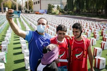 عکس یادگاری مربی ورزشکاران پارالمپیک در حاشیه سیزدهمین دوره گرامیداشت روز ملی و هفته پارالمپیک