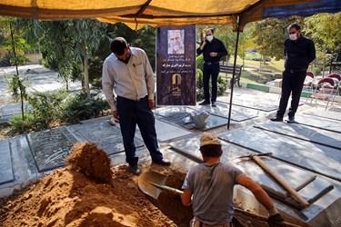 حفر قبر جهت خاکسپاری کریم اکبری مبارکه