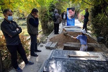 حفر قبر جهت مراسم خاکسپاری احمد نصیرپور عکاس پیشکسوت خبری در قطعه هنرمندان بهشت زهرا(س)