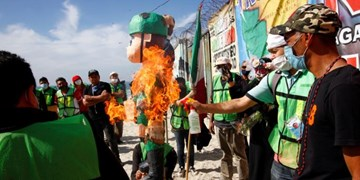 معترضان مکزیکی آدمکهای ترامپ را آتش زدند