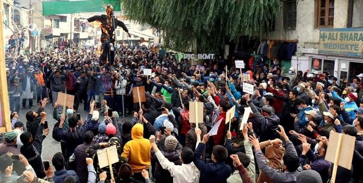 اعتراض مردم کارگیل هند به اقدامات توهینآمیز «ماکرون» و «شارلی ابدو»