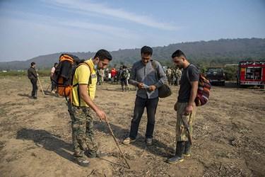 ترسیم نقشه مسیر راه برای رسیدن به منطقه در حال سوختن توسط کوهنوردان