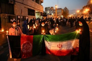 برافراشته شدن پرچم ایران در کنار پررچم افغانستان به نشانه همدردی در سومین روز شهادت دانشجویان دانشگاه کابل