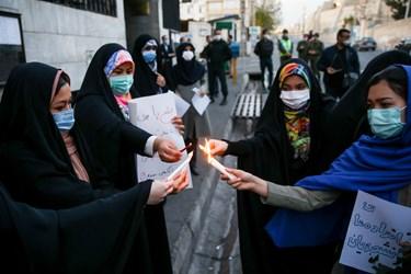 روشن کردن شمع توسط دانشجویان به نشانه همدردی با افغانستانیها در سومین روز شهادت دانشجویان دانشگاه کابل