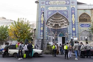 اعضای پایگاه مقاومت بسیج فاطمیون مسجد وحدت در حال آمادهشدن برای شروع عملیات ضدعفونی معابر.