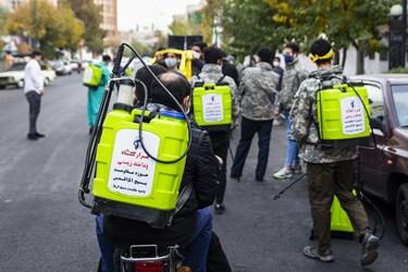 اعضای پایگاه مقاومت بسیج فاطمیون مسجد وحدت در حال آمادهشدن برای ضدعفونی معابر شرق تهران هستند.