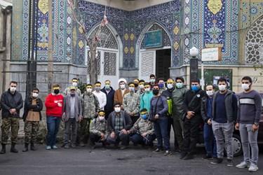 نیروهای مقاومت بسیج پایگاه فاطمیون مسجد وحدت تهران در انتهای ضدعفونی معابر شهری عکس یادگاری  گرفتند.