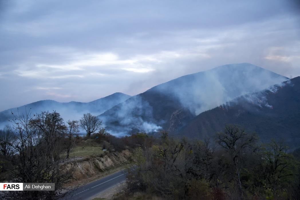 با روشن شدن روز شعله حریق کم رنگ و دود ناشی از سوختن جنگل به هوا بلند می شود