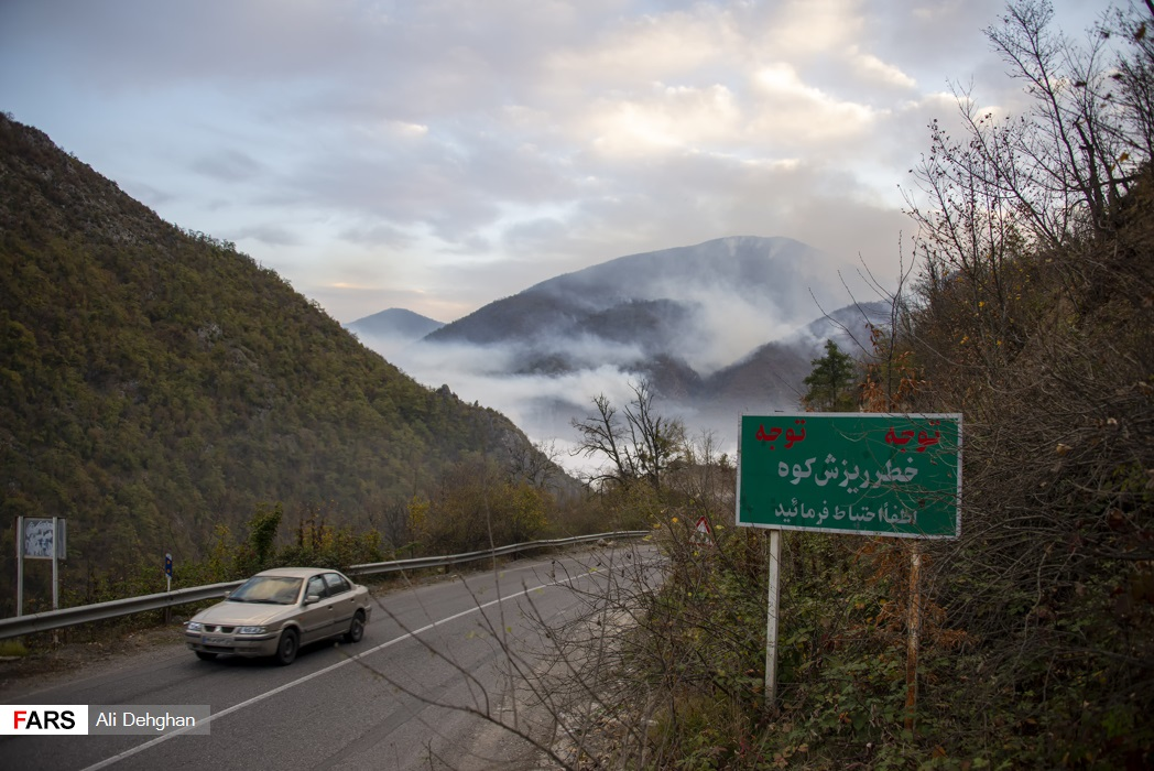 دود ناشی از حریق جنگل و مسافران عبوری از مسیر توسکستان