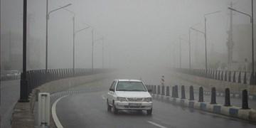بارش باران در محورهای همدان/ مهگرفتگی در گردنه اسدآباد