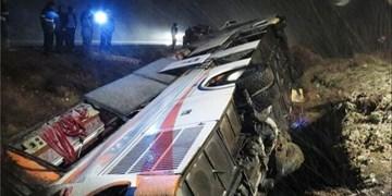 یک کشته و 3 زخمی در اثر واژگونی اتوبوس در محور لردگان به ایذه