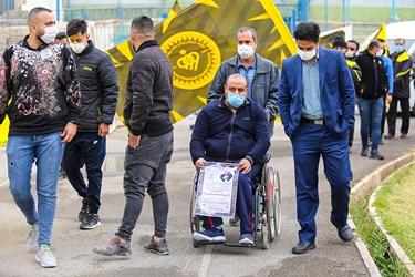 علیرضا مختاری قهرمان پارالمپیک ایران در مراسم تشییع مرحوم یاوری